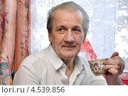 Пенсионер с чашкой чая. Стоковое фото, фотограф Мастепанов Павел / Фотобанк Лори