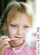 Детская косметика. Малышка наносит макияж. Стоковое фото, фотограф Olga Taranik / Фотобанк Лори