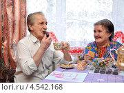 Пожилая пара пьет чай и едят сладости. Стоковое фото, фотограф Мастепанов Павел / Фотобанк Лори