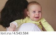 Младенец смеется у мамы на руках. Стоковое видео, видеограф Галина Михалишина / Фотобанк Лори