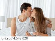 Купить «Поцелуй счастливой пары после проверки теста на беременность», фото № 4548028, снято 23 октября 2010 г. (c) Wavebreak Media / Фотобанк Лори