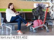 Купить «Ожидание рейса в аэропорту с планшетом на подзарядке», фото № 4551432, снято 8 апреля 2013 г. (c) Кекяляйнен Андрей / Фотобанк Лори