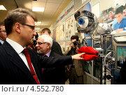 Герман Греф кладет палец в рот роботу (2006 год). Редакционное фото, фотограф Анатолий Евсеев / Фотобанк Лори