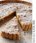 Купить «Отрезанный кусок пирога с патокой», фото № 4556468, снято 16 июля 2020 г. (c) Food And Drink Photos / Фотобанк Лори