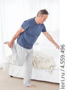 Пожилой мужчина делает зарядку. Стоковое фото, агентство Wavebreak Media / Фотобанк Лори