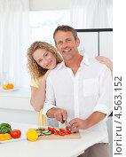 Симпатичная пара готовит еду на кухне. Стоковое фото, агентство Wavebreak Media / Фотобанк Лори