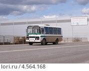 Купить «Служебный автобус ПАЗ на дороге в движении», фото № 4564168, снято 26 апреля 2013 г. (c) Павел Кричевцов / Фотобанк Лори