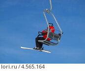 Купить «Лыжник на подъемнике на фоне неба», фото № 4565164, снято 21 марта 2013 г. (c) Алексей Кокоулин / Фотобанк Лори