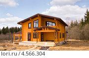 Купить «Новый коттедж из клееного деревянного бруса», эксклюзивное фото № 4566304, снято 26 апреля 2013 г. (c) Владимир Чинин / Фотобанк Лори