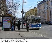 Купить «Городской троллейбус № 87 идет по Первомайской улице, район Измайлово, Москва», эксклюзивное фото № 4566716, снято 12 апреля 2013 г. (c) lana1501 / Фотобанк Лори