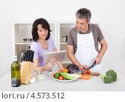 Купить «Пожилая семейная пара готовит ужин у себя на кухне», фото № 4573512, снято 4 марта 2012 г. (c) Андрей Попов / Фотобанк Лори