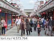 Купить «Туристы проходят вдоль торговой улицы Nakamise-dori, чтобы попасть на территорию храма Senso-ji. Асакуса, Токио, Япония», фото № 4573764, снято 10 апреля 2013 г. (c) Кекяляйнен Андрей / Фотобанк Лори