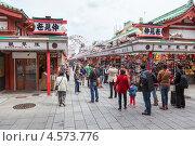 Купить «Улица Nakamise-dori с магазинами перед территорией храма Senso-ji. Асакуса, Токио, Япония», фото № 4573776, снято 10 апреля 2013 г. (c) Кекяляйнен Андрей / Фотобанк Лори