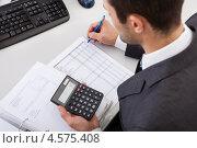 Купить «Молодой симпатичный бухгалтер за работой в офисе», фото № 4575408, снято 6 мая 2012 г. (c) Андрей Попов / Фотобанк Лори