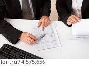 Купить «Обсуждение документов на совещании», фото № 4575656, снято 3 июня 2012 г. (c) Андрей Попов / Фотобанк Лори