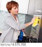 Купить «Женщина убирается на кухне», фото № 4575700, снято 22 марта 2013 г. (c) Гладских Татьяна / Фотобанк Лори