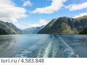 Вид на Гейрангер-фьорд с кормы корабля. Стоковое фото, фотограф Dmitry Burlakov / Фотобанк Лори