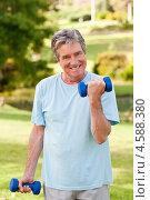 Купить «Пенсионер выполняет упражнения с гантелями в летнем парке», фото № 4588380, снято 16 ноября 2010 г. (c) Wavebreak Media / Фотобанк Лори