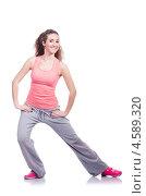 Купить «Улыбающаяся спортивная девушка делает упражнения», фото № 4589320, снято 5 марта 2013 г. (c) Elnur / Фотобанк Лори