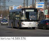 """Купить «Автобус компании """"splav.ru"""" идет по Кетчерской улице, Москва», эксклюзивное фото № 4589576, снято 29 апреля 2013 г. (c) lana1501 / Фотобанк Лори"""