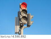 Купить «Красный свет светофора на фоне голубого неба», фото № 4590892, снято 26 января 2013 г. (c) Сергей Завьялов / Фотобанк Лори