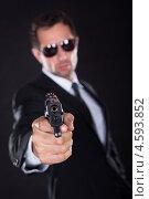 Купить «Суровый охраннник-секьюрити с пистолетом на черном фоне», фото № 4593852, снято 14 июля 2012 г. (c) Андрей Попов / Фотобанк Лори