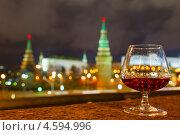 Купить «Бокал бренди на фоне Московского Кремля в ночное время, фокус на бокале», фото № 4594996, снято 16 ноября 2012 г. (c) Mikhail Starodubov / Фотобанк Лори