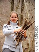 Купить «Пикник в осеннем лесу: девушка собирает дрова», фото № 4596800, снято 19 января 2013 г. (c) Мартынов Антон / Фотобанк Лори