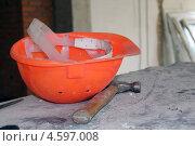 Защитная каска и молоток на стройке. Стоковое фото, фотограф Insomnia / Фотобанк Лори