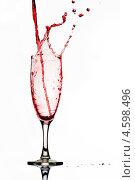 Купить «Красное вино льется в бокал», фото № 4598496, снято 10 января 2011 г. (c) photoff / Фотобанк Лори