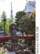 Купить «Статуя Будды в храме Senso-ji shrine на фоне шпиля телевизионной башни SkyTree, Asakusa, Токио, Япония», фото № 4600108, снято 10 апреля 2013 г. (c) Кекяляйнен Андрей / Фотобанк Лори