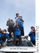 """Купить «Участники полярной автомобильной экспедиции """"Амарок. Путь северного волка"""" пьют шампанское на крыше автомобиля Volkswagen Amarok», фото № 4600712, снято 9 апреля 2013 г. (c) А. А. Пирагис / Фотобанк Лори"""
