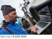 """Купить «Участник полярной автомобильной экспедиции """"Амарок. Путь северного волка"""" работает на ноутбуке, расположенном на колесе автомобиля Volkswagen Amarok», фото № 4600844, снято 9 апреля 2013 г. (c) А. А. Пирагис / Фотобанк Лори"""