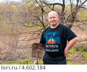 Купить «Счастливый мужчина с лопатой на дачном участке», эксклюзивное фото № 4602184, снято 5 мая 2013 г. (c) Игорь Низов / Фотобанк Лори