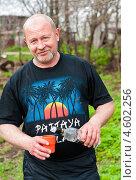 Мужчина с бутылкой водки и стаканом на природе (2013 год). Редакционное фото, фотограф Игорь Низов / Фотобанк Лори