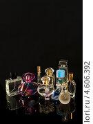 Флаконы духов на черном фоне. Место для текста (2013 год). Редакционное фото, фотограф Николай Полищук / Фотобанк Лори