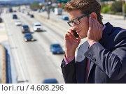 Купить «Бизнесмен разговаривает по мобильному телефону на улице», фото № 4608296, снято 23 октября 2012 г. (c) Monkey Business Images / Фотобанк Лори