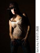 Сексуальная девушка в бейсболке на темном фоне. Стоковое фото, фотограф Константин Блохин / Фотобанк Лори