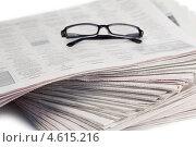 Купить «Очки с черной оправой лежат на стопке газет», фото № 4615216, снято 16 марта 2011 г. (c) Wavebreak Media / Фотобанк Лори