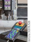 Пульт дистанционного управления гравировального станка для обработки материалов. Стоковое фото, фотограф денис рожко / Фотобанк Лори