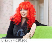 Купить «Девушка в ярком красном парике», фото № 4620956, снято 21 декабря 2012 г. (c) Яков Филимонов / Фотобанк Лори