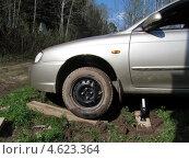 Вызволение застрявшего в грязи автомобиля (2013 год). Редакционное фото, фотограф Lana / Фотобанк Лори