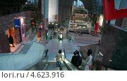 Купить «Футуристические интерьеры станции Киото с движущегося эскалатора, Япония», видеоролик № 4623916, снято 13 мая 2013 г. (c) Кекяляйнен Андрей / Фотобанк Лори