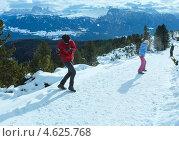Купить «Семья играет в снежки на горной дороге», фото № 4625768, снято 4 января 2013 г. (c) Юрий Брыкайло / Фотобанк Лори