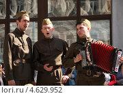 Артисты в военной форме поют на празднике Дня Победы в Москве 9 мая (2013 год). Редакционное фото, фотограф Жукова Юлия / Фотобанк Лори