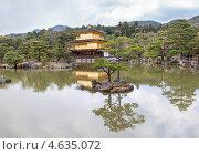 Купить «Панорама храма Kinkaku-ji temple (Золотой павильон) с озером и садом вокруг. Киото, Япония», фото № 4635072, снято 12 апреля 2013 г. (c) Кекяляйнен Андрей / Фотобанк Лори