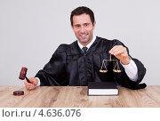 Купить «Судья в мантии с молотком за столом», фото № 4636076, снято 14 июля 2012 г. (c) Андрей Попов / Фотобанк Лори