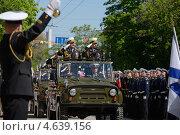 Купить «Командующий Черноморским флотом вице-адмирал Александр Федотенков (справа) и командующий ВМС ВС Украины вице-адмирал Юрий Ильин принимают парад в честь Дня Победы в Севастополе, 9 мая 2013 г», фото № 4639156, снято 9 мая 2013 г. (c) Stockphoto / Фотобанк Лори