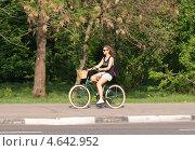 Купить «Девушка катается на велосипеде», фото № 4642952, снято 17 мая 2013 г. (c) Павел Кричевцов / Фотобанк Лори