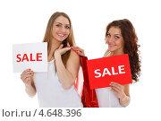 Купить «Две счастливые девушки с покупками и  табличками с надписью SALE на белом фоне. Распродажа.», фото № 4648396, снято 5 марта 2013 г. (c) Мельников Дмитрий / Фотобанк Лори